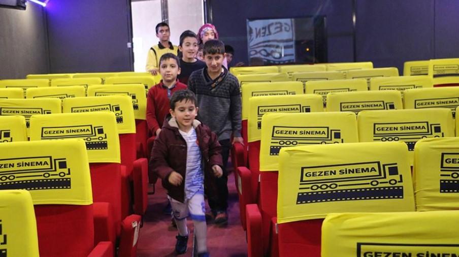 Gezen Sinema Tırı, çocukları açık hava sinemasında #1