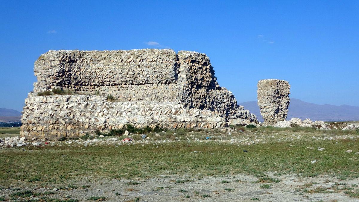 Van Gölü nde çekilen suların altından 3 bin yıllık kale çıktı #1