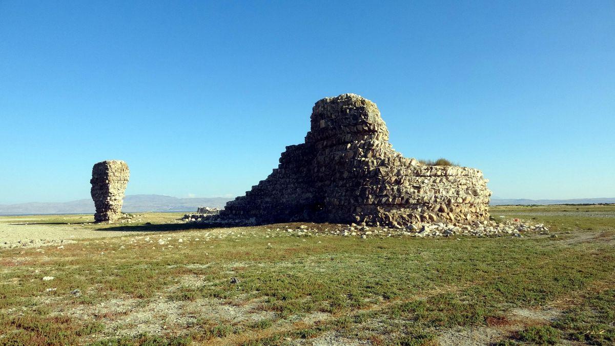 Van Gölü nde çekilen suların altından 3 bin yıllık kale çıktı #2