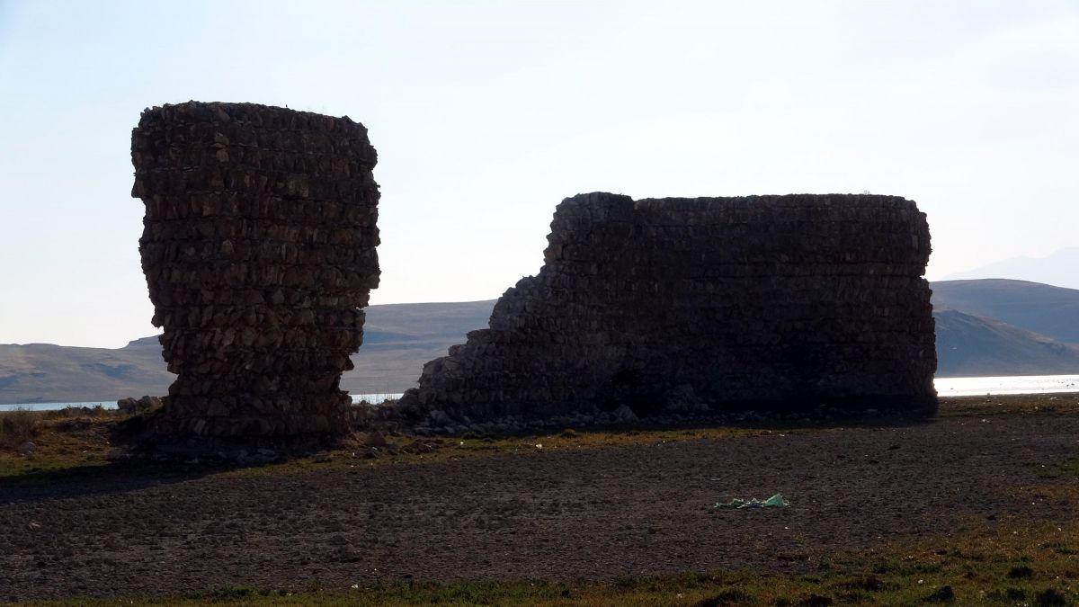Van Gölü nde çekilen suların altından 3 bin yıllık kale çıktı #5