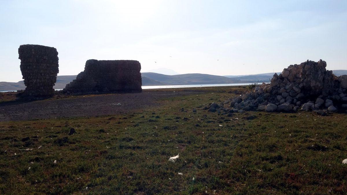 Van Gölü nde çekilen suların altından 3 bin yıllık kale çıktı #6